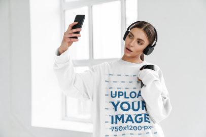 Oversize Sweatshirt Mockup of a Woman with Headphones Taking a Selfie M10974-r-el2