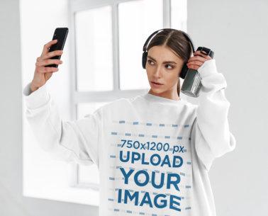 Sweatshirt Mockup of a Woman With Headphones Taking a Selfie M10972-r-el2