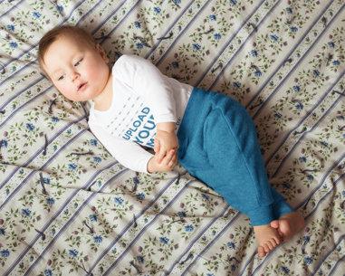 Onesie Mockup of a Baby Girl on a Bed 41888-r-el2